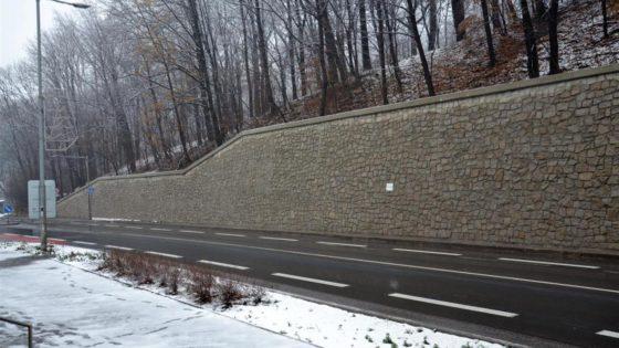 Trápení řidičů na trase Třinec – Český Těšín je na konci. Oprava silnice a opěrné zdi na tomto tahu je dokončena